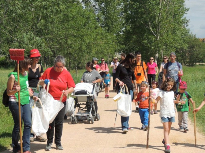 una-vintena-de-voluntaris-participen-a-l-european-clean-up-day-amb-una-neteja-popular-de-l-entorn-de-l-estany-de-sils