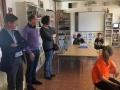 El president del Consell Comarcal de la Selva visita els alumnes que participen en el taller de robòtica durant l'horari de menjador de l'escola de Riudarenes